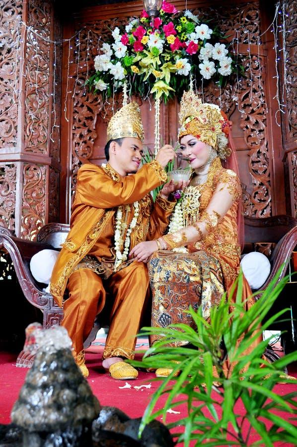 Жених и невеста Javanesse мусульманский в традиционной свадьбе стоковая фотография