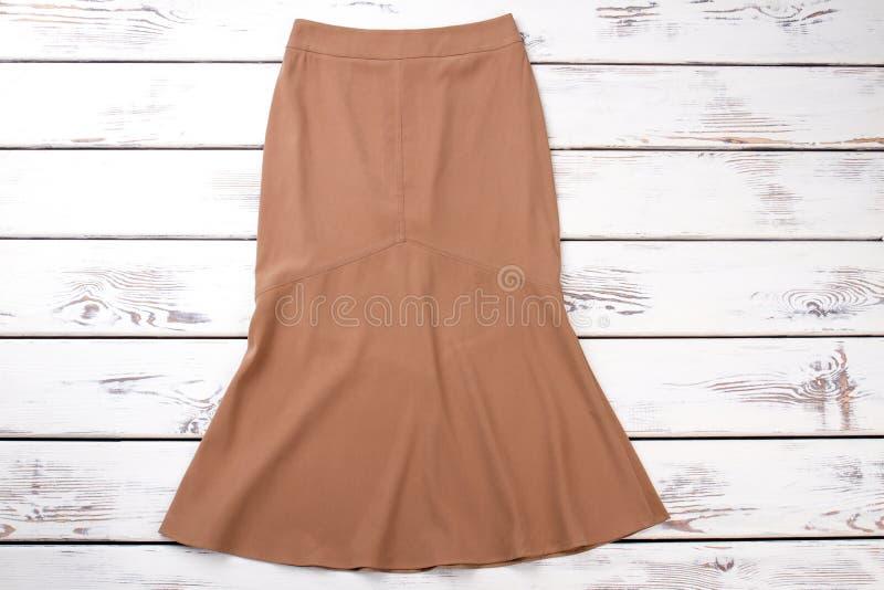 Женская бежевая юбка, взгляд сверху стоковые фото