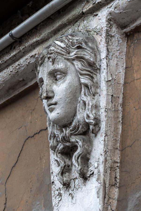 Женская голова на фасаде старого дома Mascaron на старом здании Nouveau искусства стоковое фото rf