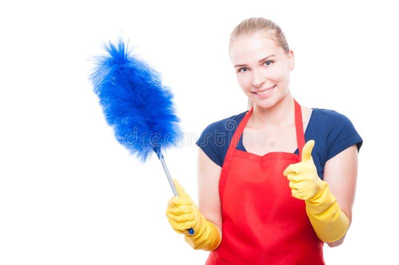 Женская горничная с красочным уборщиком пыли стоковые фотографии rf