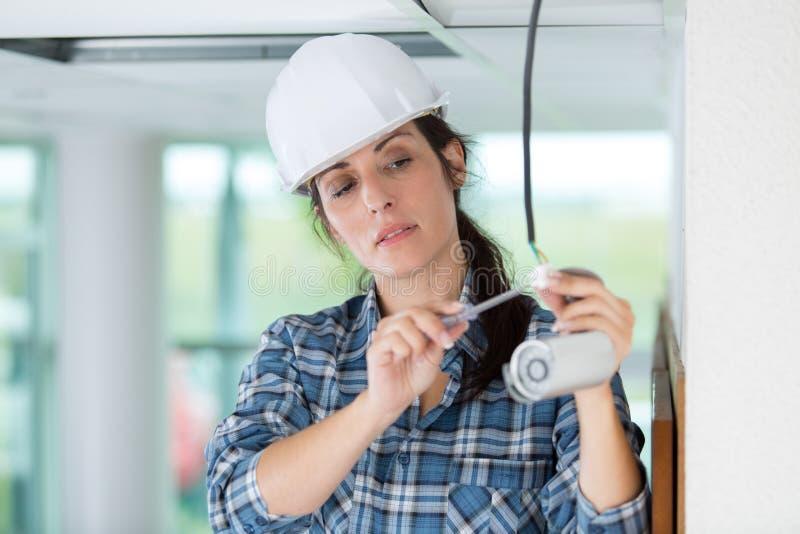 Женская деятельность техника cctv профессионала стоковое фото