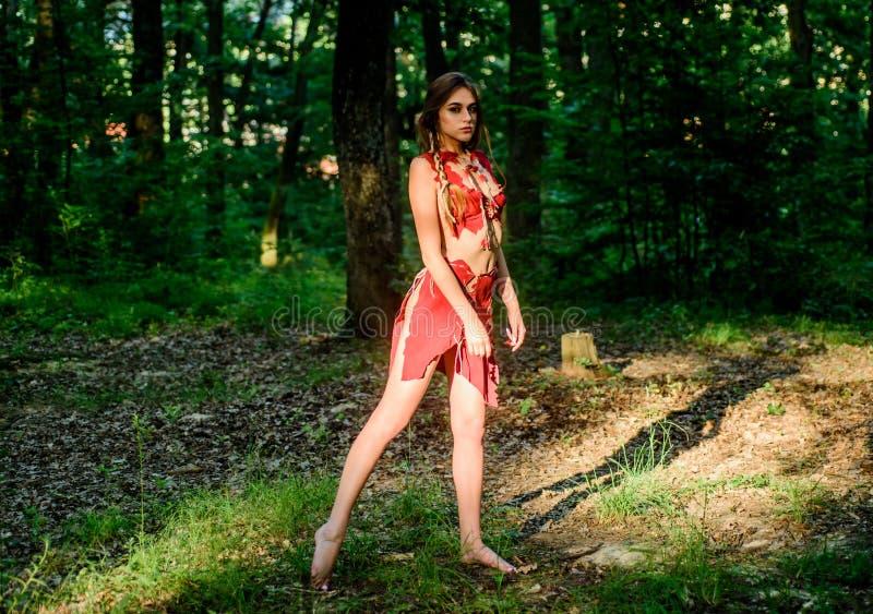 Женская духовная мифология Дикая женщина в лесу Секси на ранней стадии эволюционного развития Культура дикой природы стоковое фото rf
