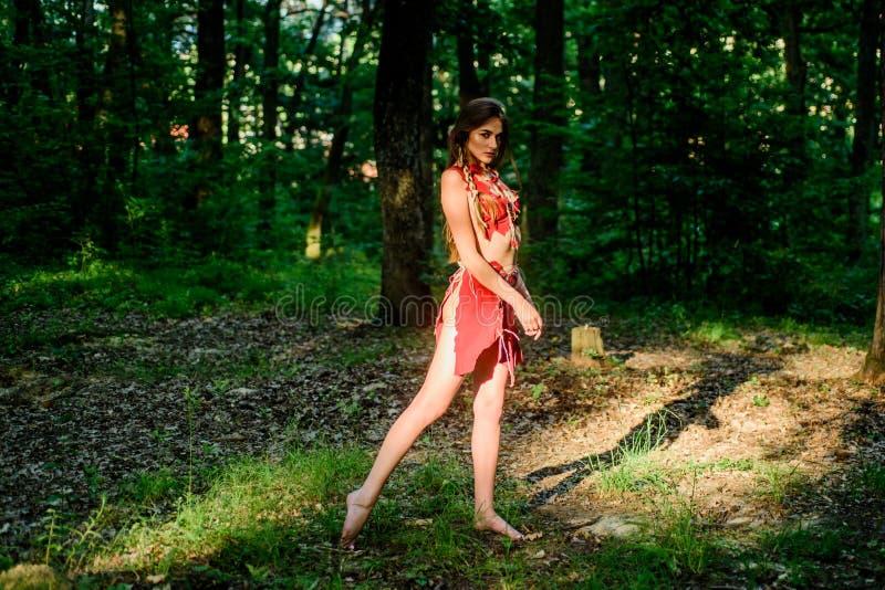 Женская духовная мифология Культура дикой природы Модный примитивный дизайн Лесная фея Живущая дикая жизнь нетронутая стоковые изображения