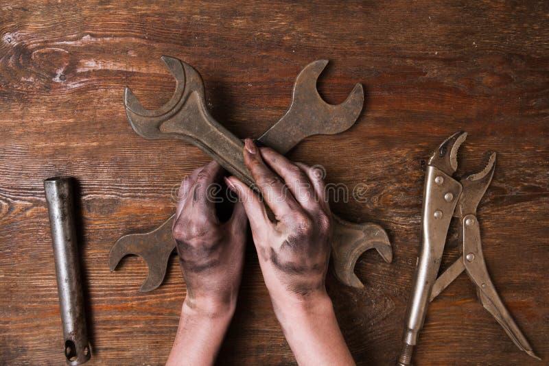 Женская женщина repairer вручает феминизм инструментов гаечного ключа стоковое фото