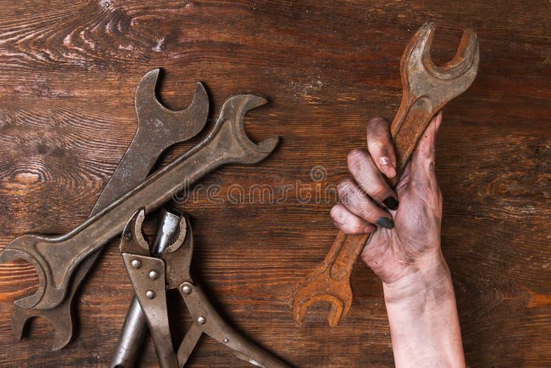 Женская женщина repairer вручает феминизм инструментов гаечного ключа стоковые изображения