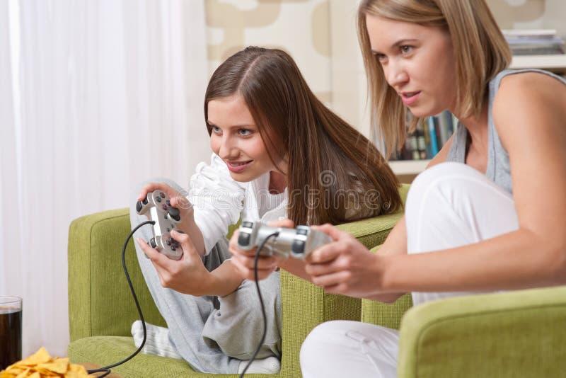 женская игра играя подросток tv 2 студентов стоковые изображения