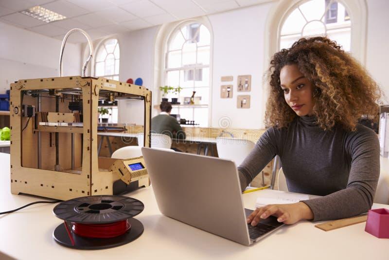 Женская дизайнерская работа с принтером 3D в студии дизайна стоковое изображение