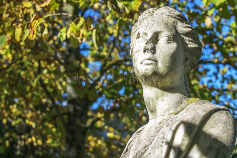 Женская каменная статуя стоковые фотографии rf