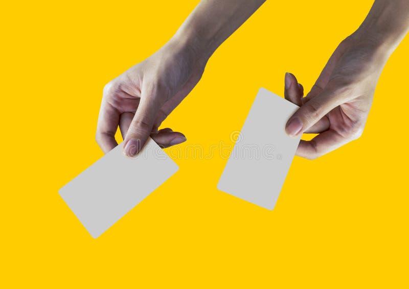 Женская карточка или кредитная карточка с жёлтым фоном стоковое изображение