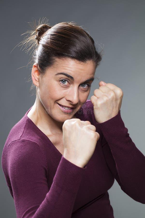 Женская концепция самозащитой для привлекательной женщины 30s стоковое фото