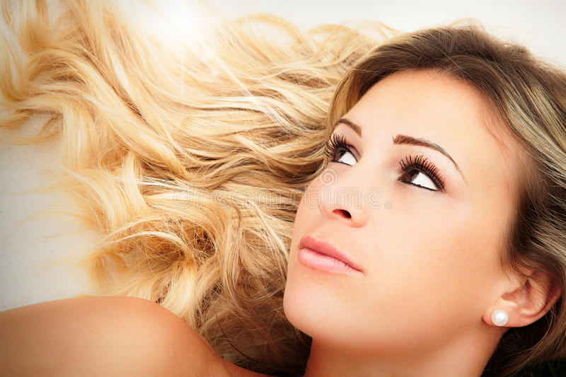 Женская красотка Молодая сторона девушки светлых волос стоковые фотографии rf