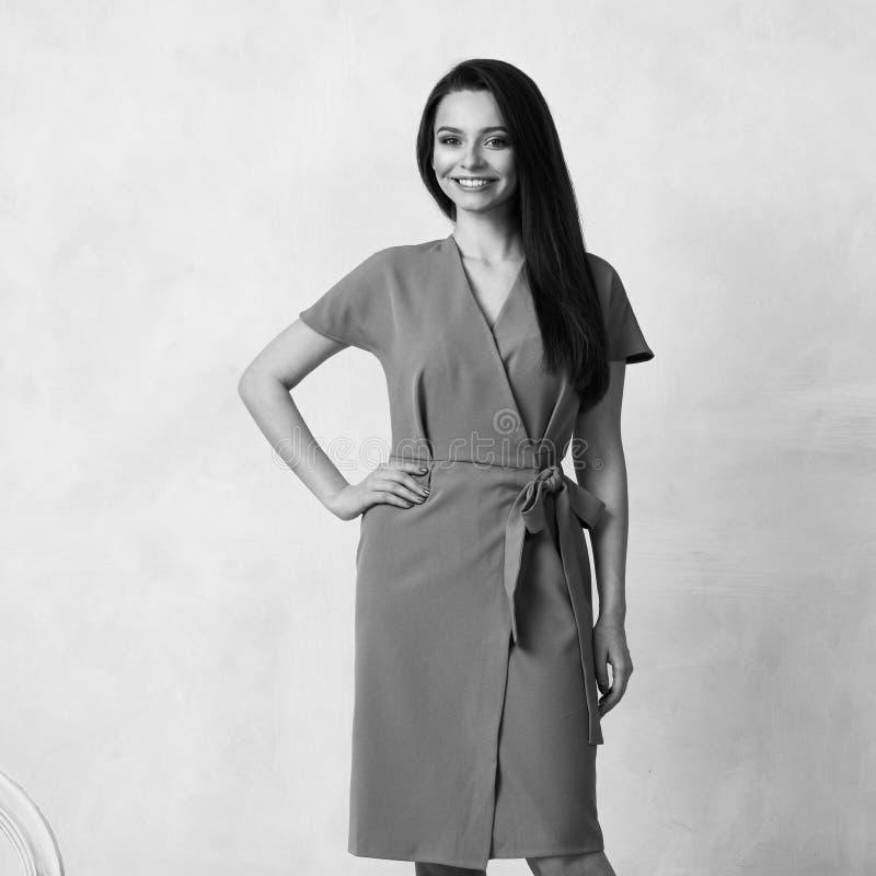 Женская модель в фиолетовом обруче вокруг платья midi стоковые изображения