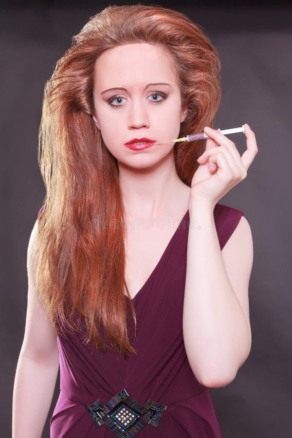Download Женская модельная держа впрыска к губам Стоковое Изображение - изображение насчитывающей косметика, подниматься: 41659641