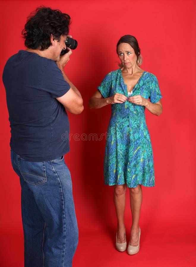 Женская модель будучи злоупотребленным фотографом стоковое изображение rf