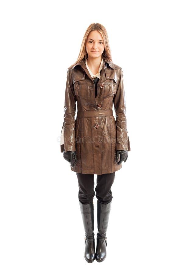 Женская модель нося коричневую кожаную куртку стоковое изображение rf