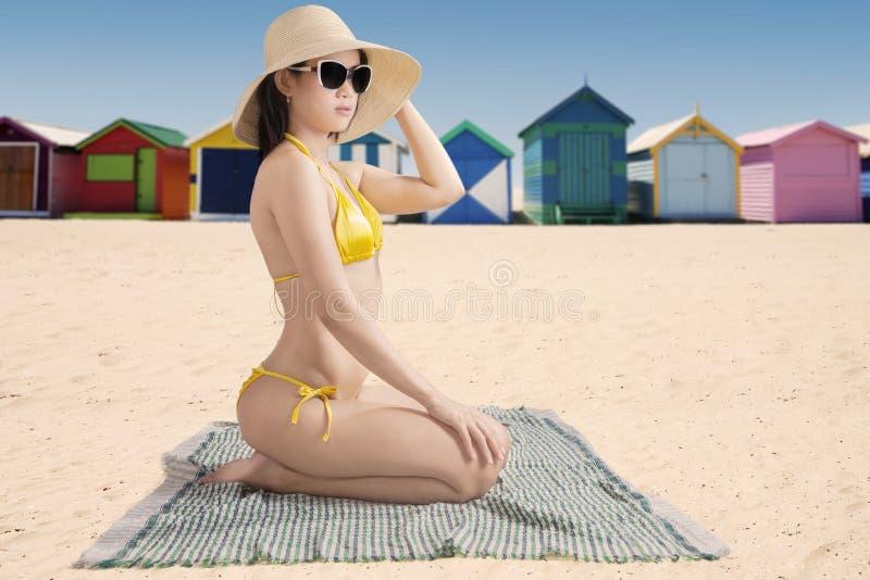 Женская модель с коттеджем пляжа стоковые фото