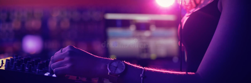 Женская музыка dj смешивая в баре стоковое фото rf