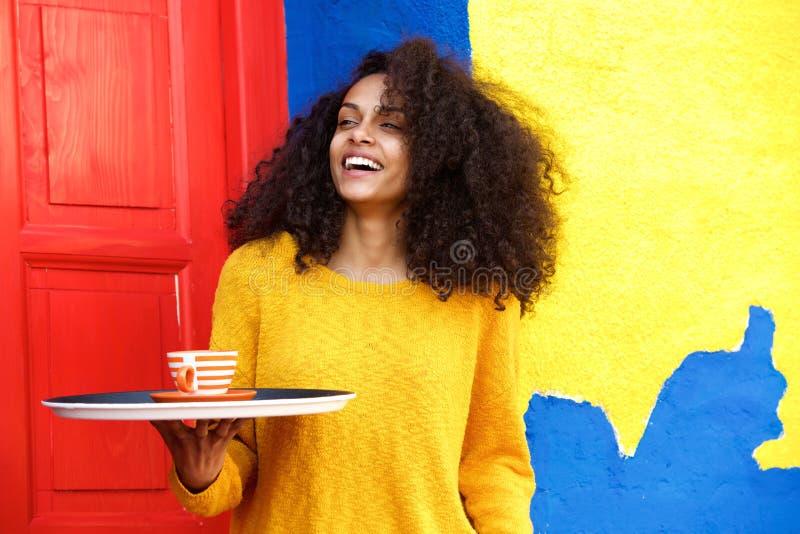 Женская официантка с подносом в coffeeshop стоковые изображения rf