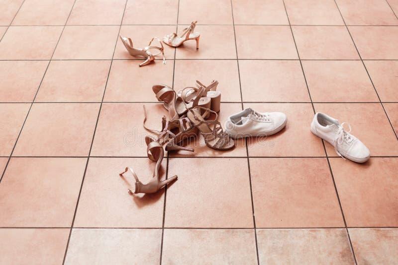 Женская повседневная и роскошная обувь Женские туфли на полу Обувь, лежащая на плитке Так много разных туфель стоковые изображения rf