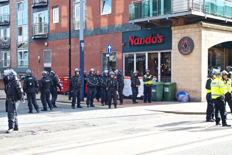 Женская полиция по охране общественного порядка полицейского надзирателя командующая стоковая фотография rf