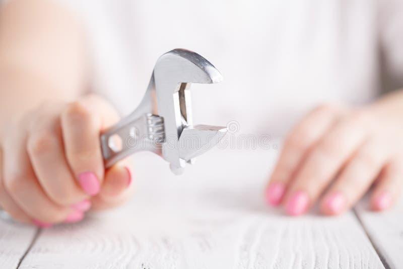 Женская рука держа серебряный ключ стоковое изображение