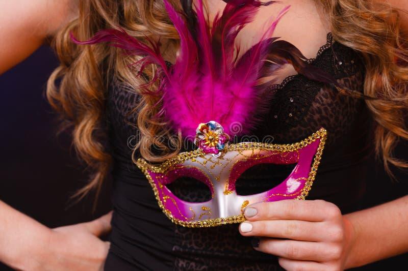 Женская рука держит крупный план маски масленицы стоковое фото rf