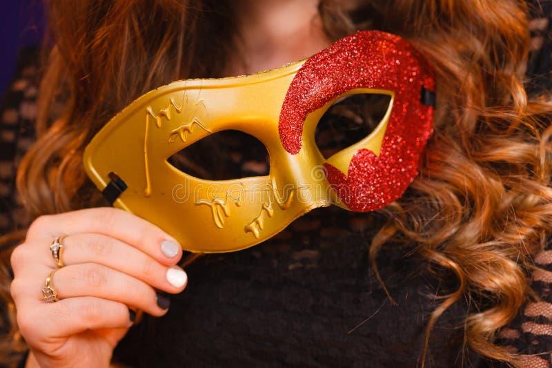 Женская рука держит крупный план маски масленицы стоковая фотография rf