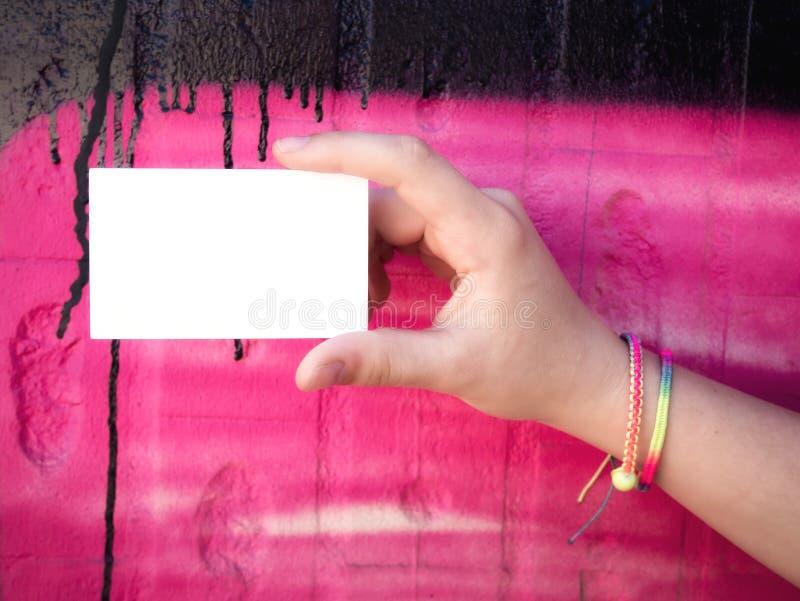 Женская рука держа пустую белую визитную карточку стоковое фото rf