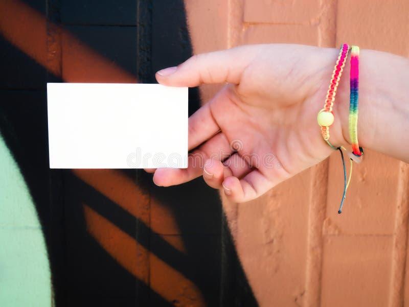 Женская рука держа пустую белую визитную карточку стоковые фотографии rf