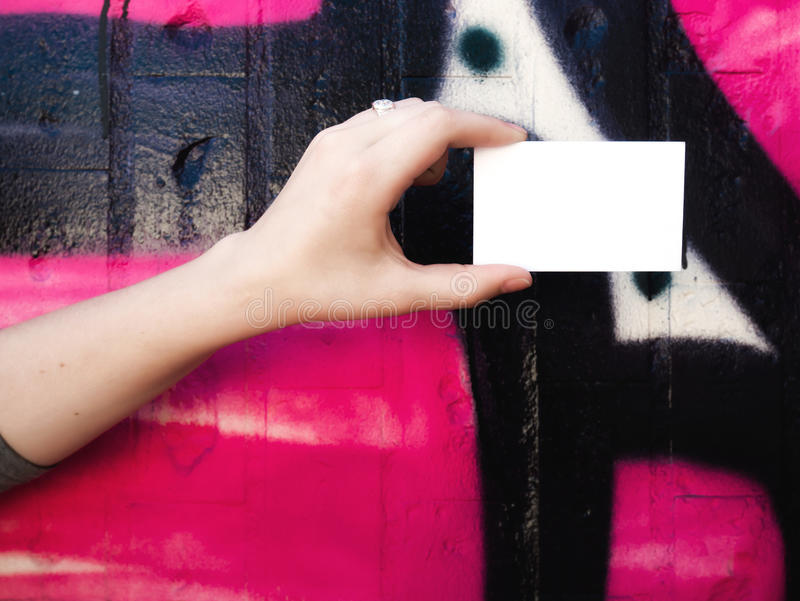 Женская рука держа пустую белую визитную карточку стоковое изображение rf