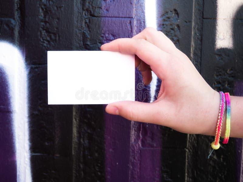 Женская рука держа пустую белую визитную карточку стоковая фотография rf