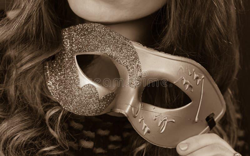 Женская рука держит крупный план маски масленицы стоковые изображения