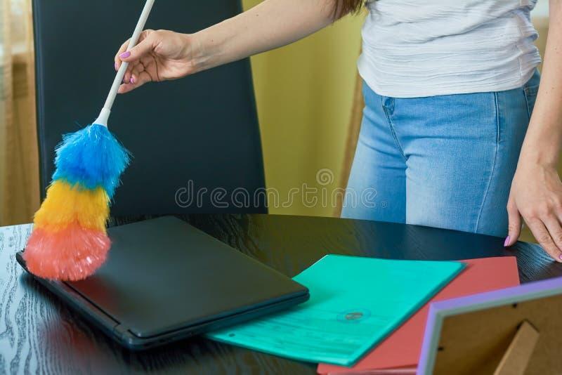 Женская рука используя сыпню стоковая фотография
