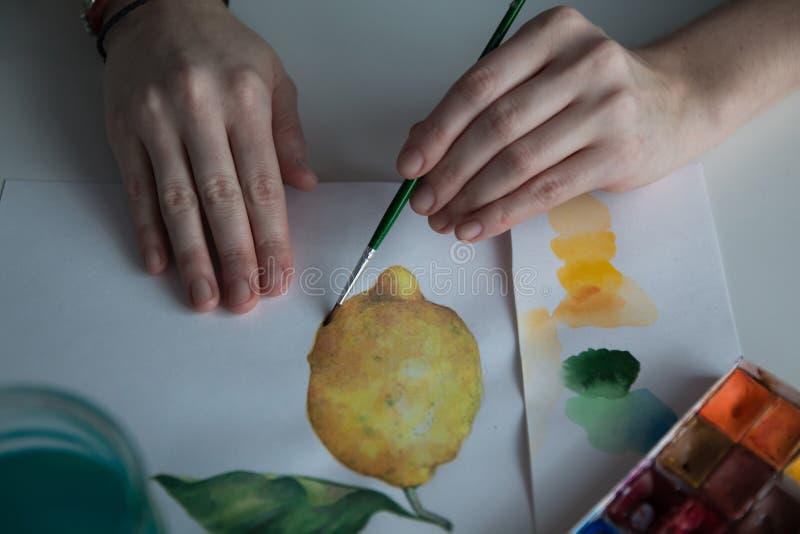 Женская рука ` s художника на таблице стоковое фото rf