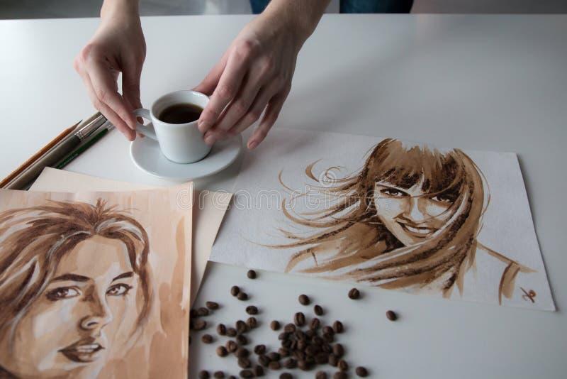 Женская рука ` s художника на таблице стоковые изображения