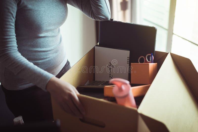 Женская ручная коробка и оборудование с работы, концепция работы по безработице стоковое изображение