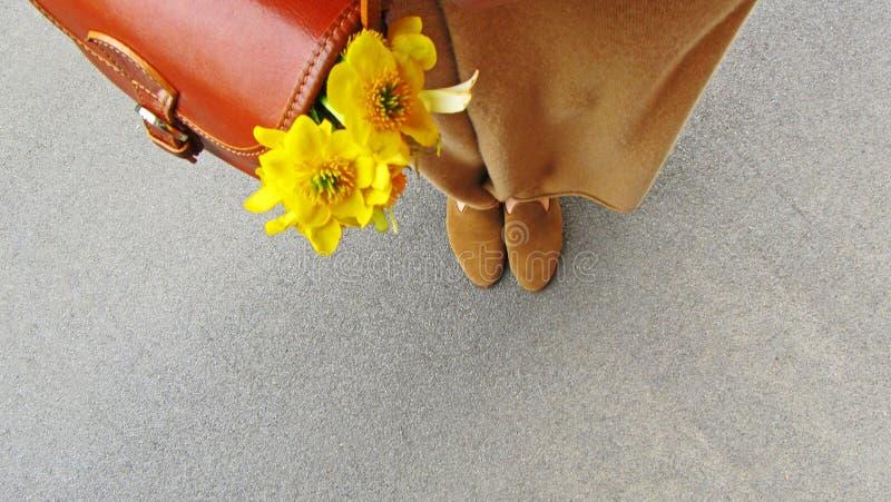 Женская сумка ног с цветками стоковые изображения