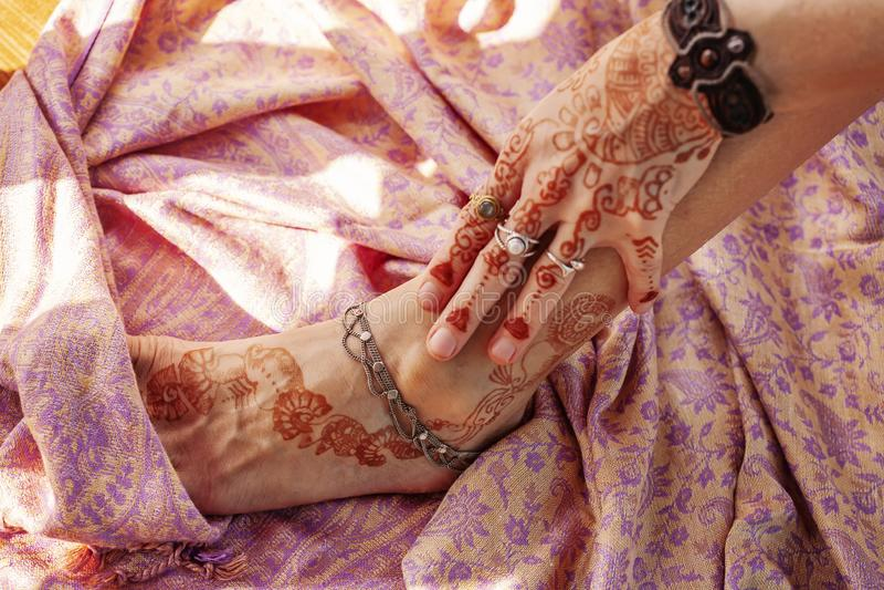 Женская украшенные рука и нога стоковое фото rf