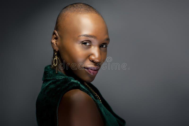 Женская фотомодель с лысым стилем причесок стоковое фото