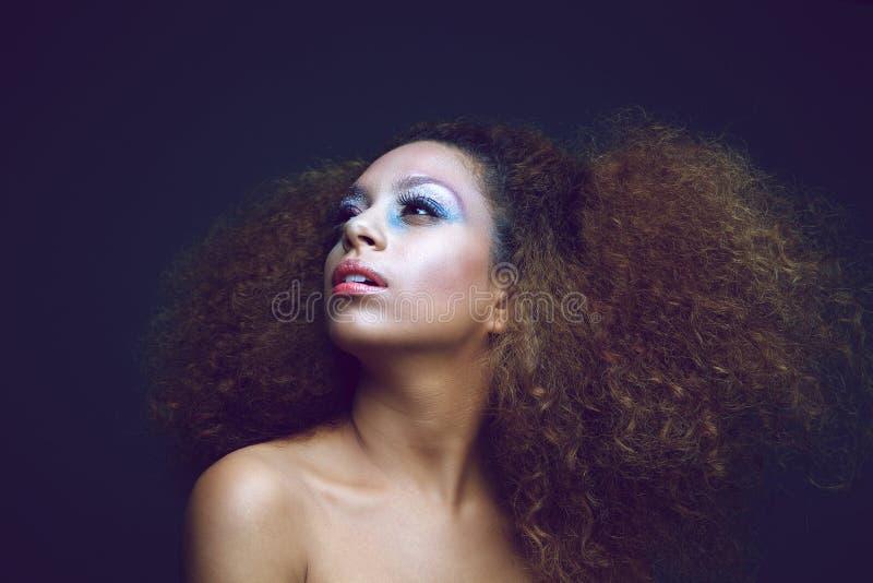 Женская фотомодель с современным стилем причёсок стоковые фотографии rf