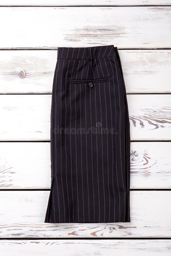 Женская черная юбка с белыми нашивками стоковые изображения rf
