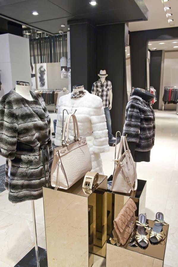 Женская шерсть в магазине стоковые изображения rf