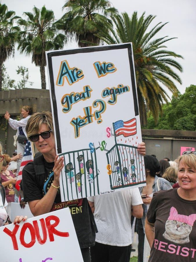 Женские активисты стоят вверх для переселенцевых детей и семей стоковая фотография rf