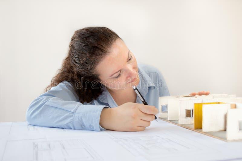 Женские архитектор и миниатюра стоковые фотографии rf