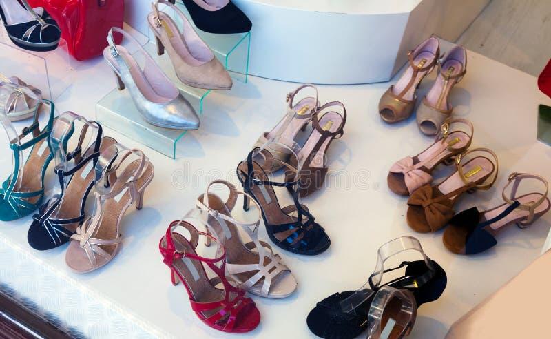 Женские ботинки на модном магазине стоковые изображения
