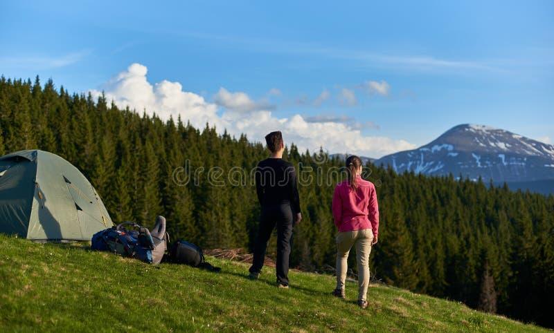 Женские друзья совместно в горах стоковое изображение rf