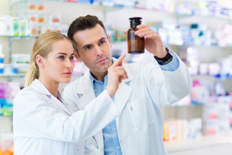 Женские и мужские аптекари стоковая фотография