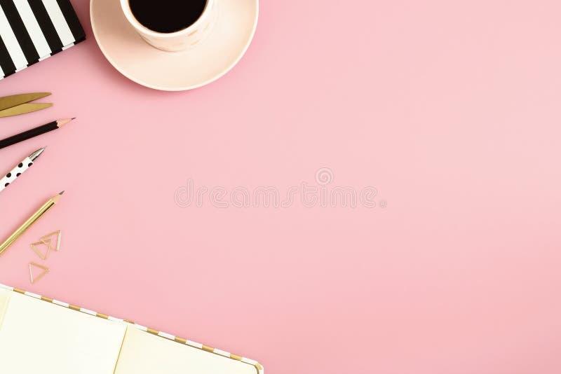 Женские канцелярские товары с пустой доской сзажимом для бумаги на предпосылке пастельного пинка стоковая фотография rf