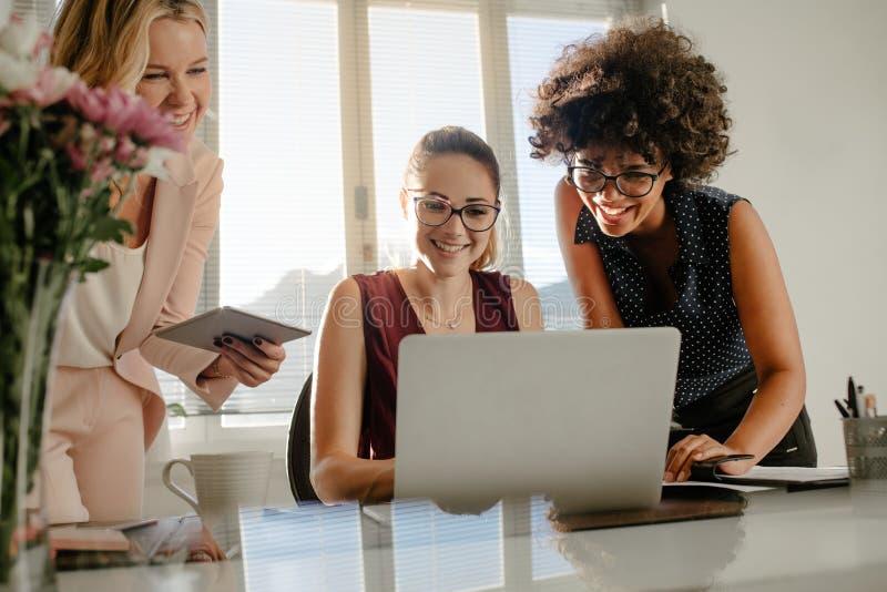 Женские коллеги наслаждаясь работать совместно стоковые фотографии rf
