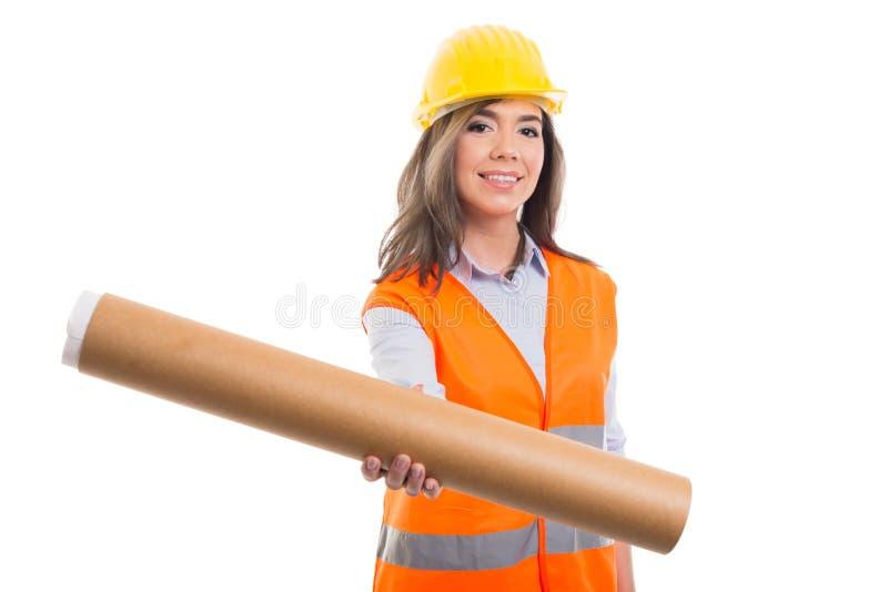 Женские конструктор или архитектор вручая свернутые светокопии стоковые фотографии rf